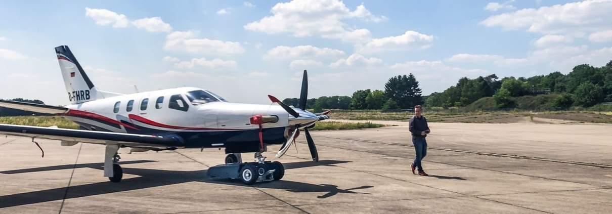 Flugzeugschlepper TF3 zieht TBM