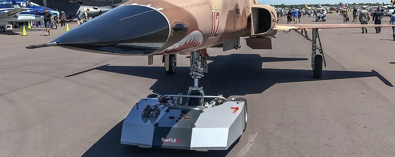 Flugzeugschlepper von Towflexx mit Kampfjet