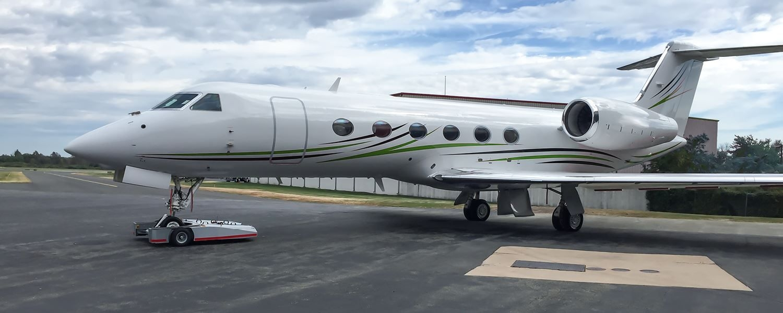 TF5 Flugzeugschlepper zieht Gulfstream